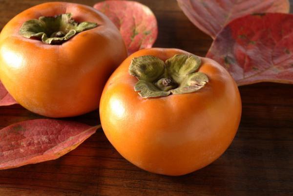 実はスプーンで食べるもの?いまが旬!イタリアの柿事情