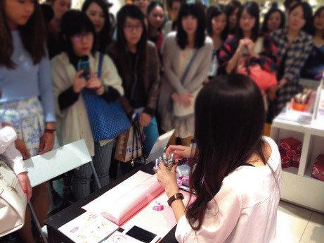 セルフネイルのエキスパートとして、全国のイベントに引っ張りだこのしずくさん。大阪で行われたネイルのデモンストレーションでは、大勢の人から熱い視線が注がれました。