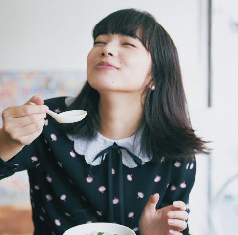 鹹豆漿にご満悦の小松菜奈さん。ブラウス¥132,000パンツ¥108,000共に予定価格(共にミュウミュウ/プラダ ジャパンカスタマーリレーションズTEL:0120・559・914)
