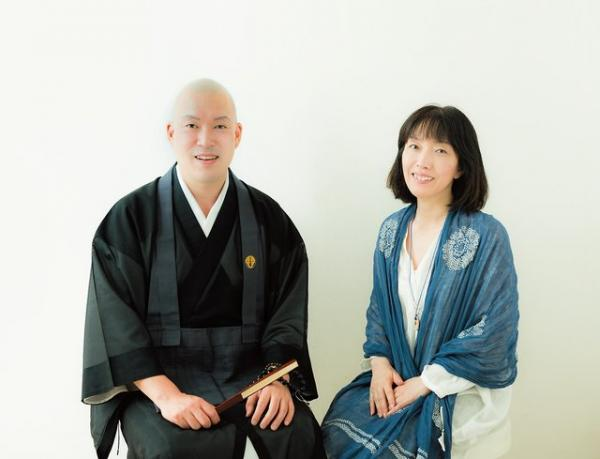 浄土宗光琳寺副住職の井上広法さんと、マインドフルネス&ヨーガネットワーク主宰の山口伊久子さん。
