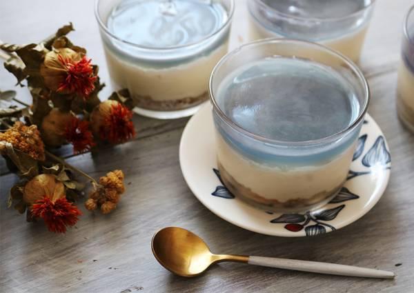 お茶の香り漂う大人のブルー「レアチーズケーキ」