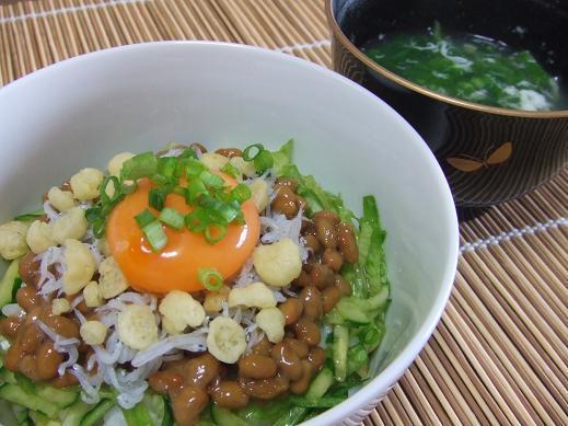野菜もしっかり摂れる♪「納豆サラダ丼」レシピ
