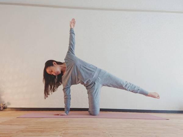 ヨガで痩せやすい身体に!「半月のポーズ」のやさしいバリエーション
