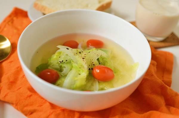 サラダの代わりに!たっぷりレタスの「食べるコンソメスープ」