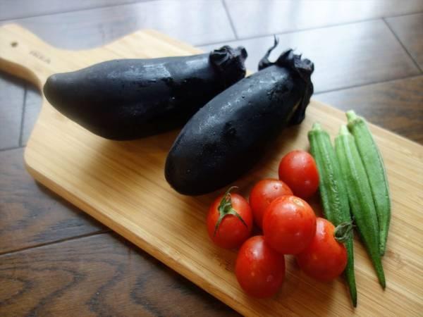 電子レンジで5分!めんつゆで簡単「夏野菜の和風煮びたし」の材料(ナス、オクラ、ミニトマト)
