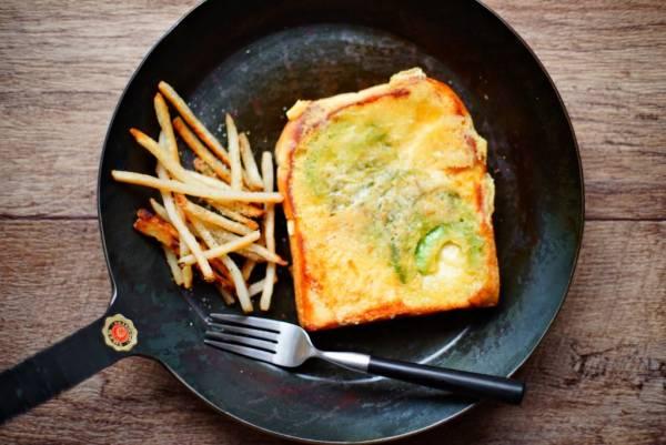 """パリッパリの""""羽根付き""""チーズがたまらない!「アボカドチーズトースト」by:おがわひろこさん"""