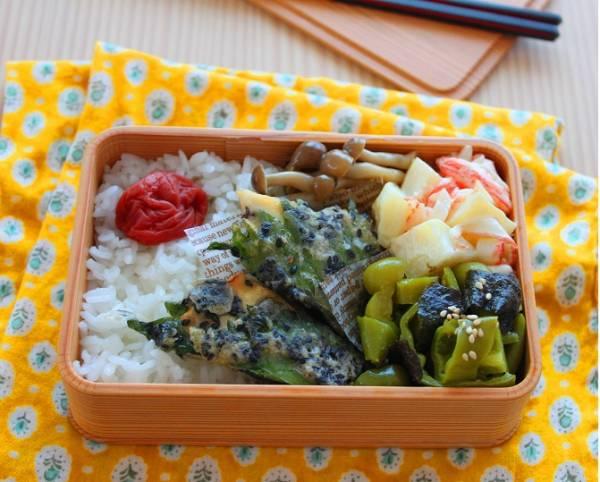 塩鮭の大葉巻き、ピーマンと海苔のナムル、かにかまとじゃがいものサラダ、しめじ煮、白ごはんと梅干し