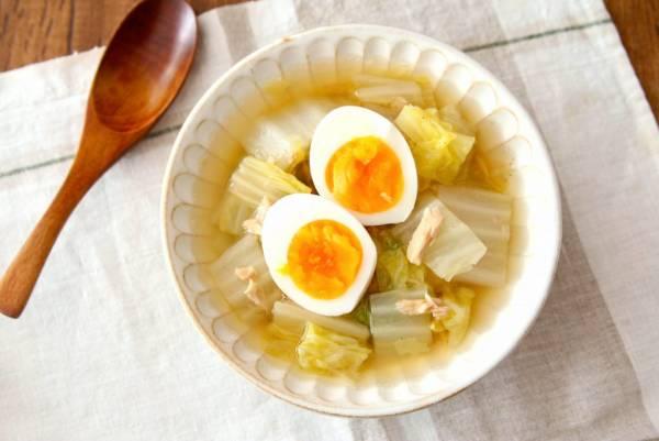 器に盛り、半熟ゆで卵をのせる。