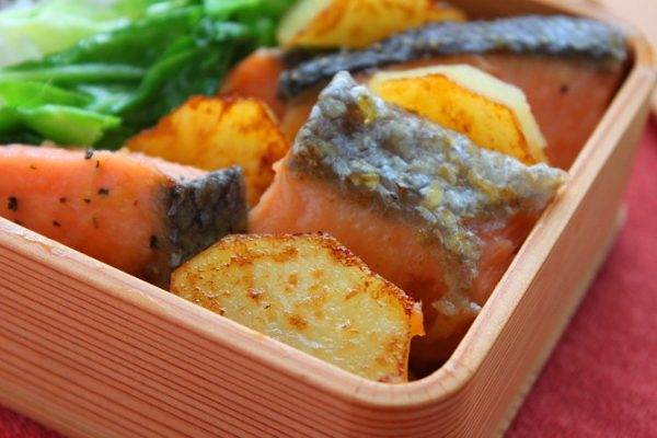 鮭はしっとり!おいもはホクホク「塩鮭とじゃがいものバター醤油」のお弁当by:料理研究家 かめ代さん