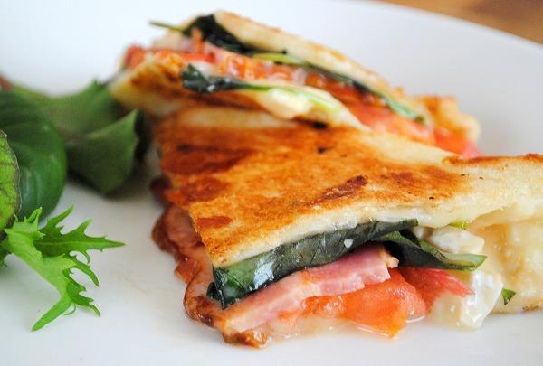 フライパンで簡単&おいしい♪食パンdeトマトとバジル、モッツァレラ、ベーコンのパニーニうりぼうさん