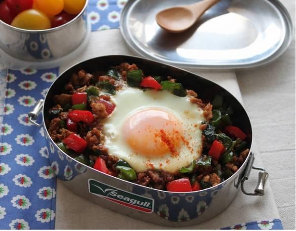 巣ごもり卵でラクラク♪「和風ガパオライス」のお弁当