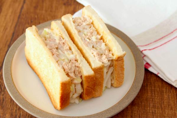 大根の大量消費に!ポリポリ食感にハマる「大根ツナマヨサンドイッチ」