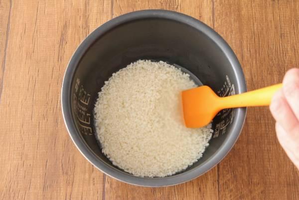 炊飯器のお釜、米麹、お湯