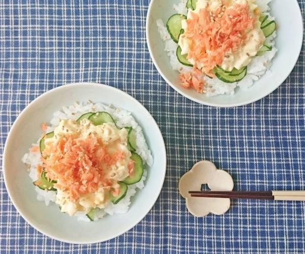 忙しい朝に♪お手軽フレークで簡単!「鮭のタルタル丼」