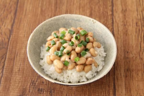 茶碗にご飯を盛り、タレを入れずに混ぜた納豆をのせ、青ネギをキッチンバサミで小口切りして散らす。