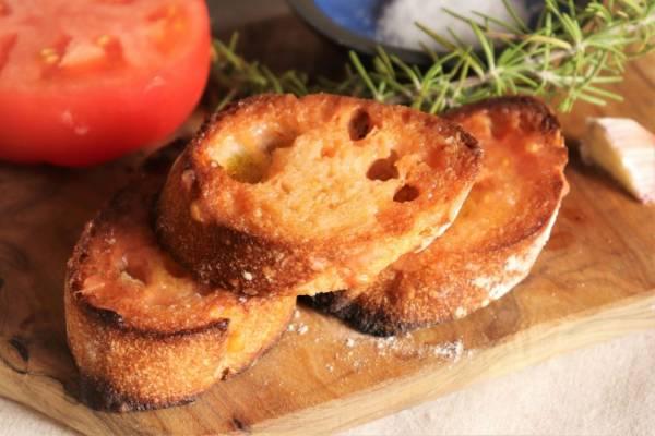 余ったパンが大変身!スペイン名物、簡単「パンコントマテ」