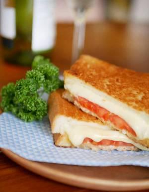 """チーズとトマトの""""ダブルとろり""""が美味!簡単「ツナメルトサンド」by:料理家 村山瑛子さん"""