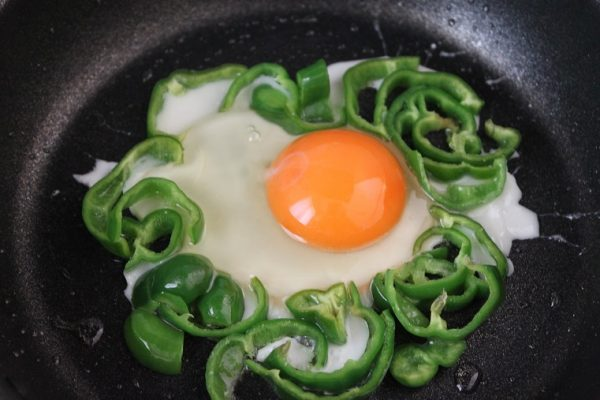 ピーマンの巣ごもり卵