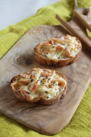 混ぜてのせて焼くだけ!簡単やみつき「カニカマチーズトースト」