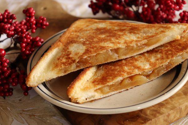 レンジ+フライパンで簡単!カリっと美味しい「アップルパイ風ホットサンド」