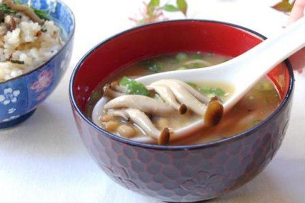 なめこ汁のつもりで^^納豆としめじのトン汁by:エリオットゆかりさん