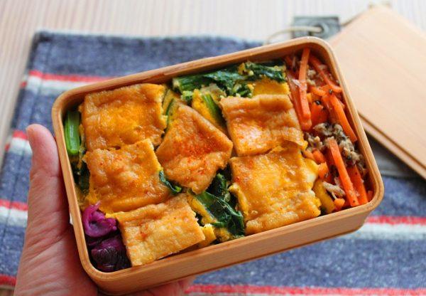 汁気をダブルブロック!簡単「油揚げの卵とじ丼」「にんじんとツナのレンジ炒め」2品弁当