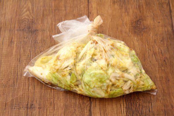 ご飯がすすむ作り置き!材料4つを袋でもむだけ「パリパリキャベツ」