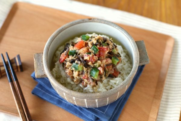 火を使わず時短朝ごはん。ツナと夏野菜のごまみそ冷茶漬けby:五十嵐ゆかりさん
