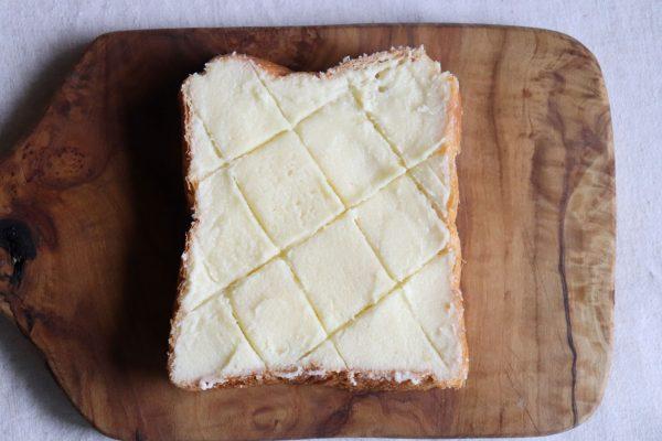 材料4つだけ!たった10分で簡単♪サクサク「メロンパントースト」(焼く前)