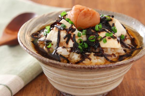 だしを使わず5分で簡単!梅と豆腐の「ほうじ茶茶漬け」