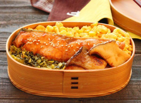 ご飯が進む!「秋鮭の味噌バター照り焼き」「コーン炒り卵」2品弁当
