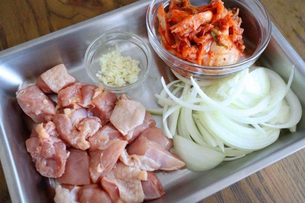 鶏肉、にんにく、玉ねぎ、キムチ(唐辛子)