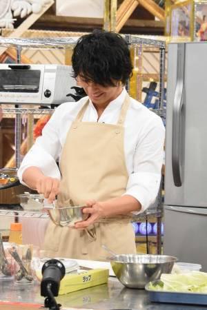 斎藤工/「あのニュースで得する人損する人」(C)NTV