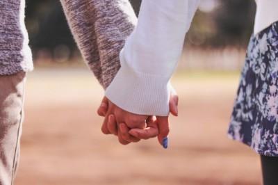付き合う前のデートで手を繋ぐのはアリ? 男性から手を繋がせるコツ