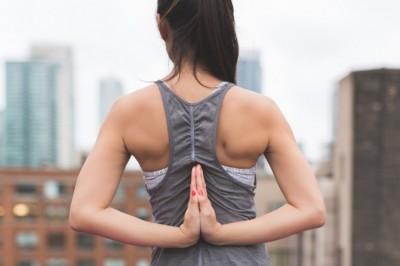 ヨガで肩こりは改善できる? 肩こり解消に効くポーズ5選