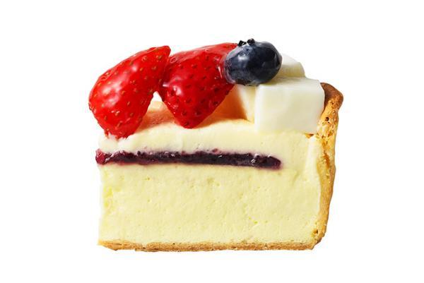 パブロ「ベリーとパンナコッタのチーズタルト」ジューシーな苺とブルーベリーを自家製パンナコッタとともに