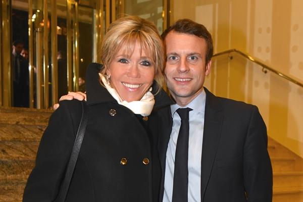 最年少フランス大統領候補エマニュエル・マクロン氏、妻は25歳上の略奪愛