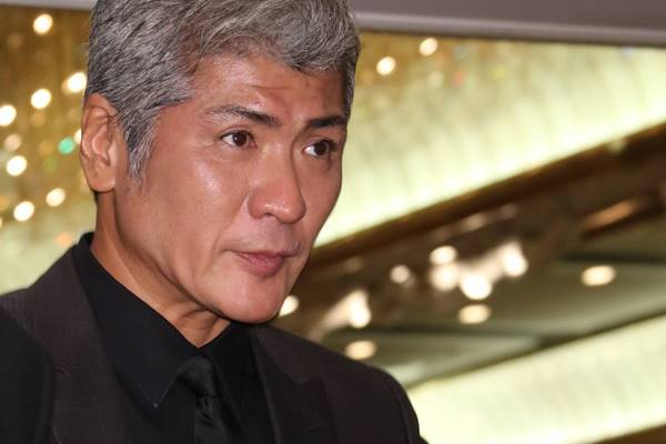 歌手の吉川晃司(52)が1月21日、昨年7月に公表した左側声帯ポリープの治療で約1年間、歌手活動を休止することを報告した。