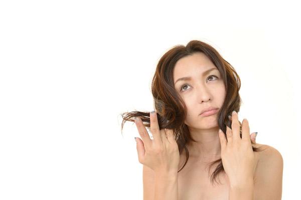 """原因は加齢のせい? 気になる髪の """"うねり対策"""""""