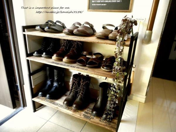 置ける靴の数が増えただけでなく、黒・茶色系の靴の「見せる収納」にぴったりな、おしゃれなシューズラックになりました。棚板を取り替えるだけで、大きく靴の収納を