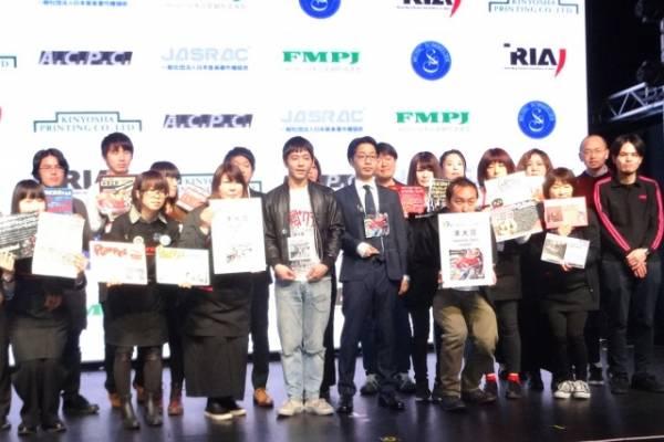『第10回CDショップ大賞』準大賞を受賞したPUNPEE(中央右)と台風クラブの石塚淳(Vo/G)を囲むCDショップ店員