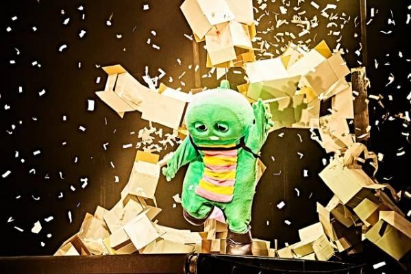公演中の『フエルサ ブルータ Panasonic presents WA!!』の演目「ランニングマン」に挑戦したガチャピン(写真:田辺佳子)