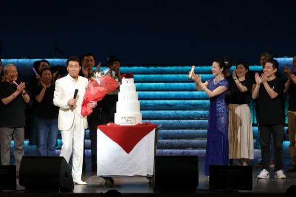 古希を迎えた五木ひろし(左)坂本冬美もお祝いに駆けつけた