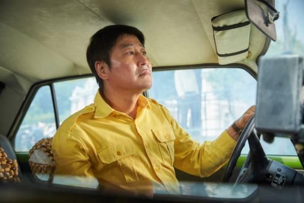 ⿐の下に歯磨き粉を塗る姿を写した『タクシー運転⼿〜約束は海を越えて〜』場面写真 (C)2017 SHOWBOX AND THE LAMP. ALL RIGHTS RESERVED.
