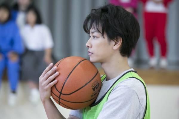"""バスケットボールは""""半分""""どころかほとんど未経験だったことを明かした佐藤健=連続テレビ小説『半分、青い。』第3週から本格的に登場(C)NHK"""