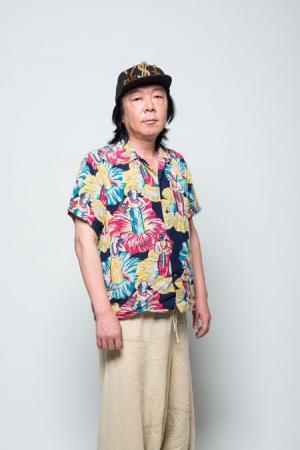 カラフルなジャケットにキャップをかぶっている古田新太の画像