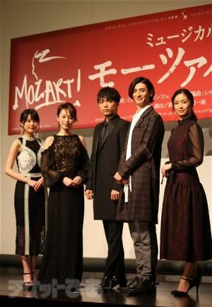 会見より。左から、生田絵梨花、平野綾、山崎育三郎、古川雄大、木下晴香