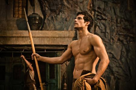 筋肉隆々の男たちが壮絶な闘いを繰り広げる本作にちなんで「男性の筋肉のどの部分に魅力を感じる?」と女性たちに質問したところ、最も票を集めたのは腕の筋肉 だった。