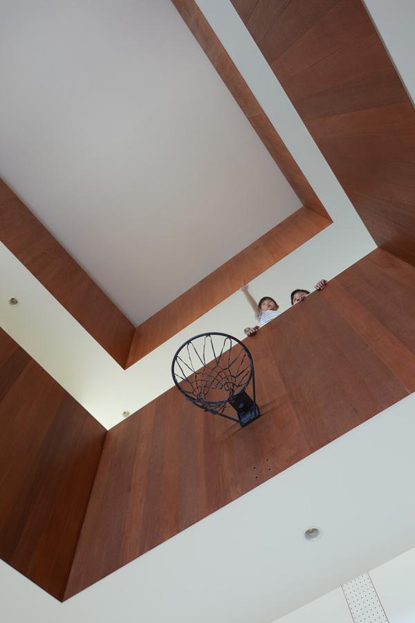 家の中にバスケットコート? 家族の夢が実現したマイホームに潜入取材