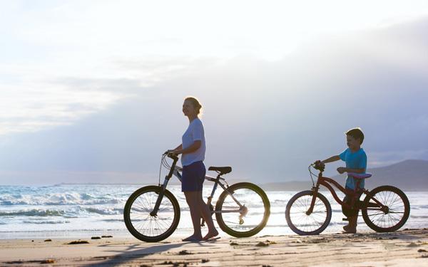 ビーチにサイクリングに来た母と息子
